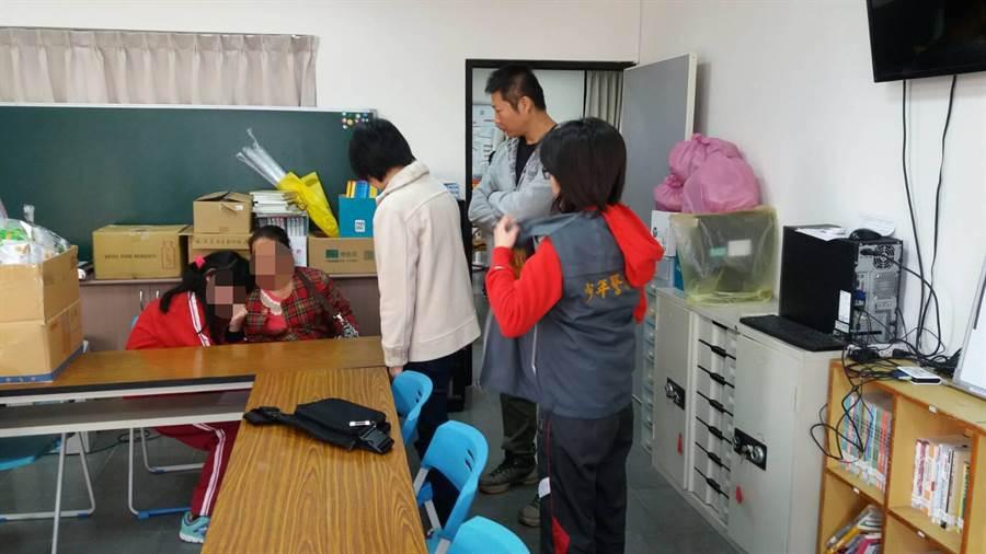 小青因父母工作忙碌,缺少家庭陪伴,讓其沉迷在網路遊戲世界,常常翹課,所幸在台南波麗士天使專案下,終於讓小青返校正常上學。(萬于甄翻攝)
