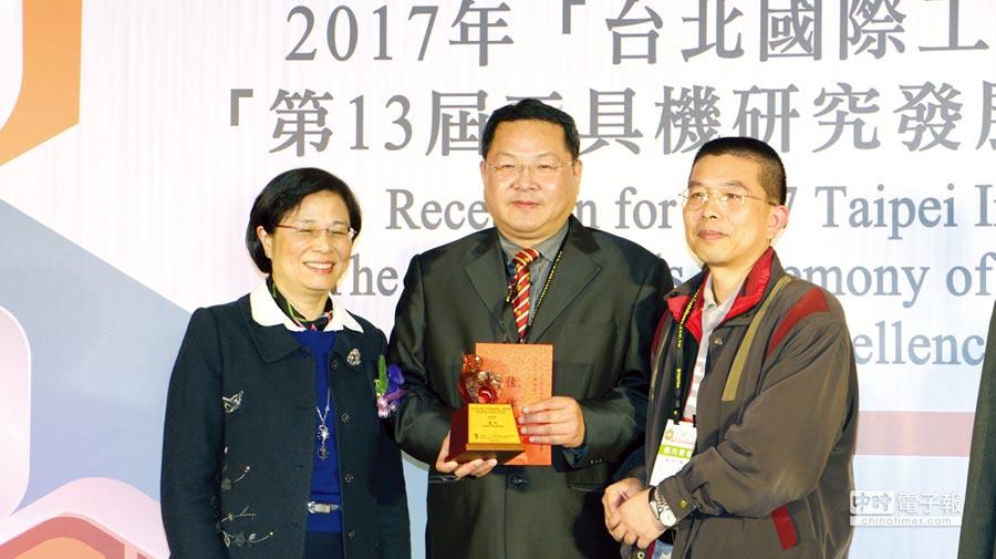 永詮公司在工具機產業獲佳作獎,由總經理林建佑(中)領獎。圖/業者提供