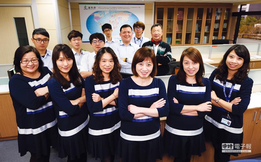 萬年清總經理張湘棋(前排右三)帶領之經營團隊。圖/業者提供