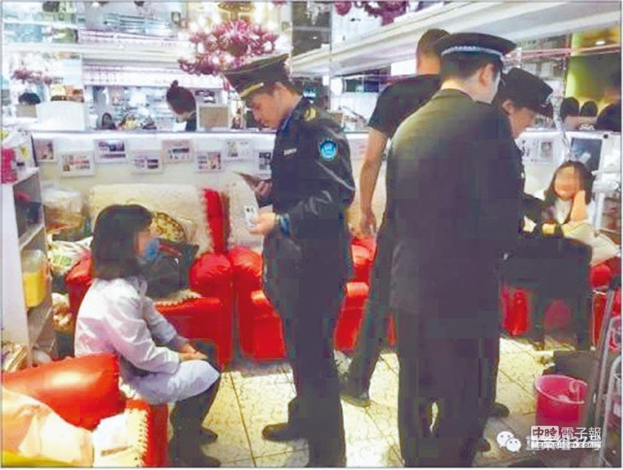 3月14日,北京一家美甲店內,執法人員訊問身穿白袍幫人注射肉毒桿菌的女子。(取自新京報網)