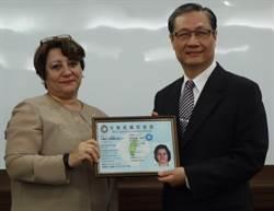 奉獻觀光教育 伊朗籍教授獲頒永久居留證