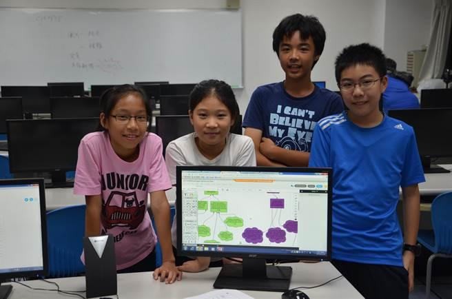 南大附小一群學童透過「合作式科學辯證」課程,預計20日及22日晚上8時,與美國O'Neill中學進行網路同步的科學合作辯證。(曹婷婷攝)