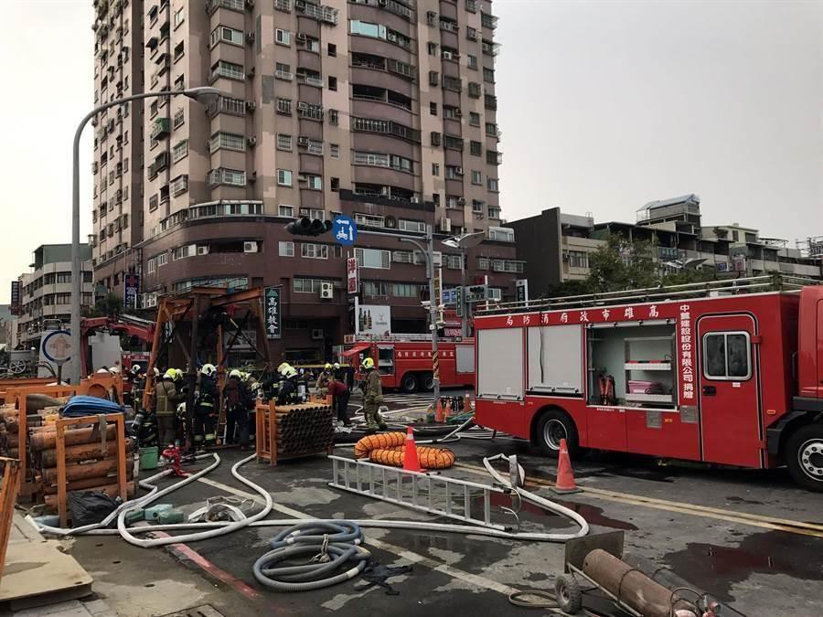 高雄市三民區澄清路、覺民路口一處下水道工程,今天下午傳出火警,警消前往救援。(呂素麗翻攝)