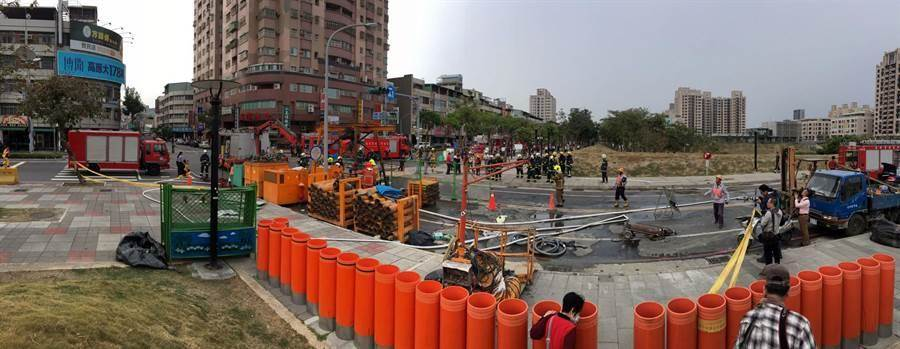 高雄市三民區澄清路、覺民路口正施作下水道工程。(呂素麗翻攝)