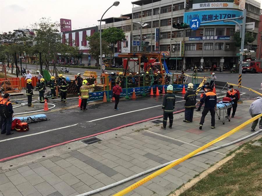高雄市三民區澄清路、覺民路口正施作下水道工程,今天下午傳出火警。(呂素麗翻攝)