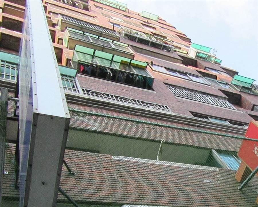 公寓大樓外牆磁磚脫落砸傷人將負起法律責任。(黃文博翻攝)