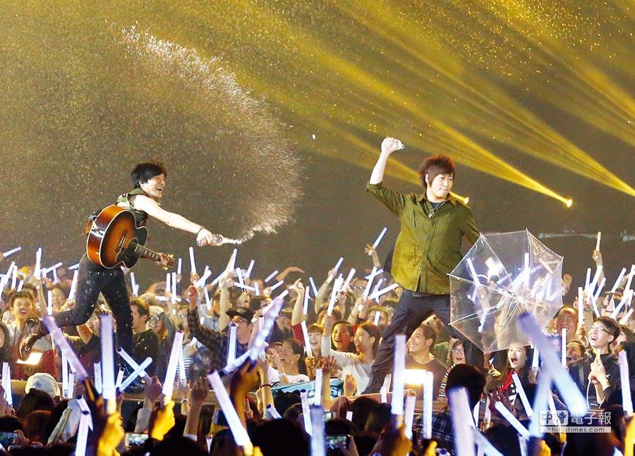 圖為去年五月天演唱會,阿信向台下潑水。圖/本報資料照片
