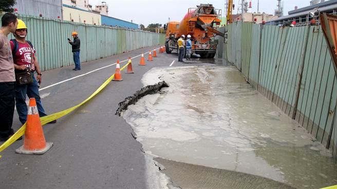 高雄市小港區中林路18日下午再度塌陷。(呂素麗攝)