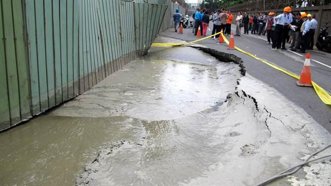 高雄市小港區中林路18日下午再度塌陷,為了安全封路。(呂素麗攝 )