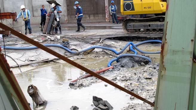 高雄市小港區中林路18日下午再度塌陷,春原公司正在施工造成。(呂素麗攝)