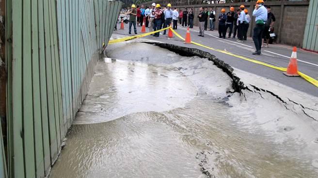 高雄市小港區中林路面18日下午再度塌陷,受損路面長約14公尺、寬10公尺深1公尺。(呂素麗攝)