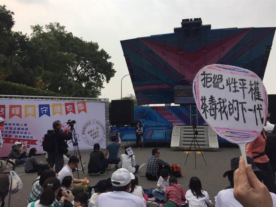 公民團體今天在凱道上辦活動,訴求擱置同婚法案。(洪安怡攝)