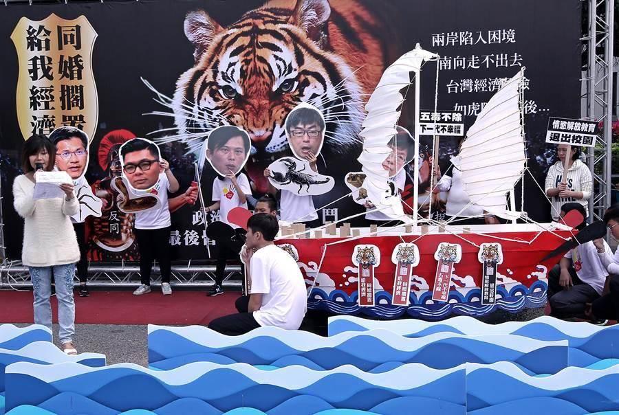 搶救台灣希望聯盟於18日在凱道舉行活動,訴求「給我經濟、同婚擱置」,並指出,造成台灣社會不安的五毒分別為立委尤美女、立委段宜康、立委黃國昌、立委許毓仁,和台中市長林佳龍。(張鎧乙攝)