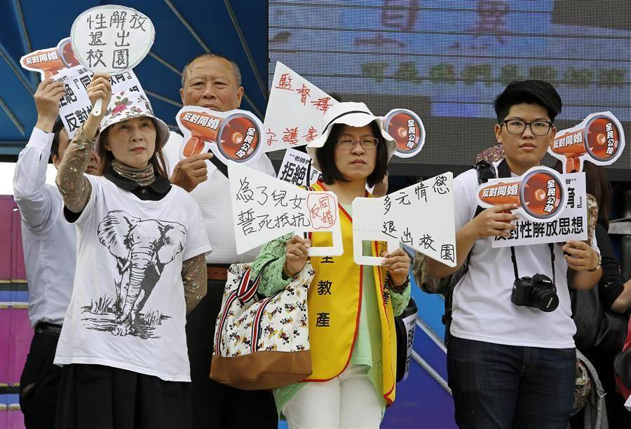 搶救台灣希望聯盟於18日在凱道舉行活動,活動現場也演出「五毒不除、下一代不幸福」的暗諷短劇。(張鎧乙攝)