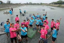 家扶少年體驗赤腳撈魚蝦 紀錄家鄉產業