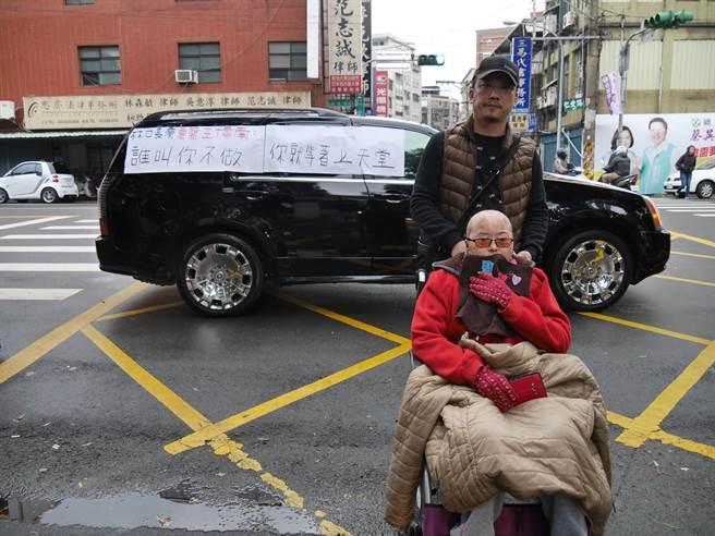 不離不棄的張姓男友去年初還推著輪椅陪陳女赴桃園地檢署出庭。(蔡依珍攝)