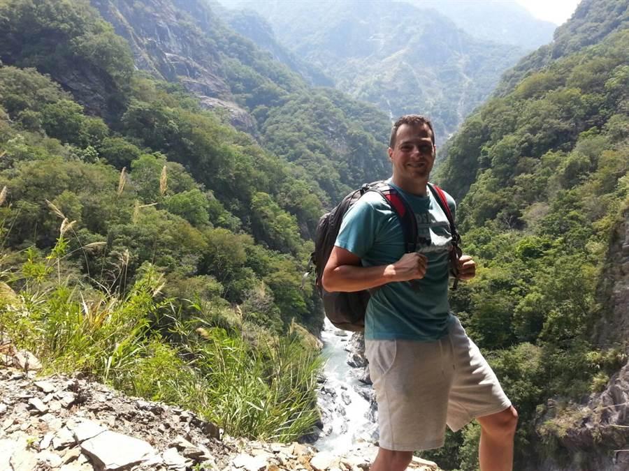 酷愛登山的陶決生計畫未來能出版一本台灣登山手冊,讓更多外國人認識台灣。(移民署提供)