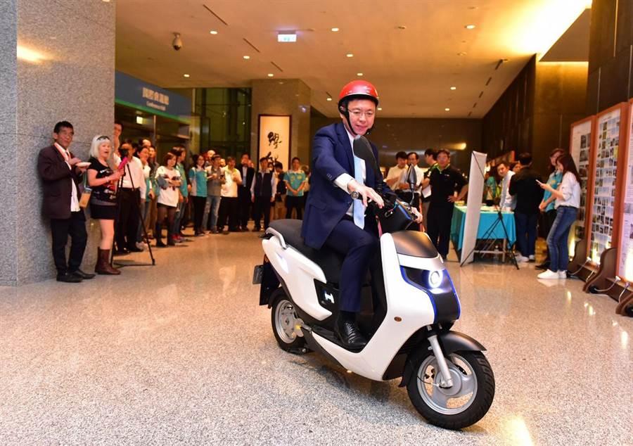 高雄市立委趙天麟19日召開綠能新經濟推廣大會,當場試騎氫能機車 。(呂素麗攝)