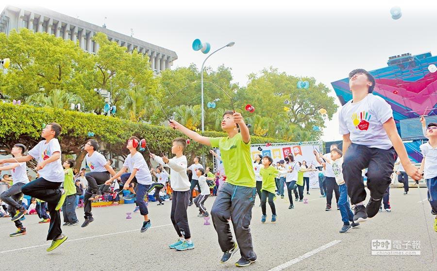 另一種聲音搶救台灣希望聯盟於18日在凱道舉行活動,訴求「給我經濟、同婚擱置」,現場並帶來扯鈴表演。(張鎧乙攝)
