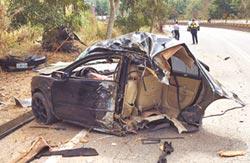 酒駕超速撞樹 車斷兩截2死