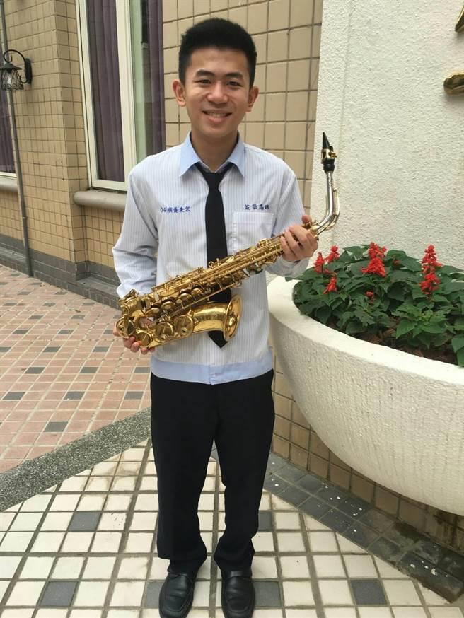 新北市私立莊敬高職學生黃秉宏日前勇奪全國學生音樂比賽薩克斯風高中職A組冠軍,相當開心。(莊敬高職提供)
