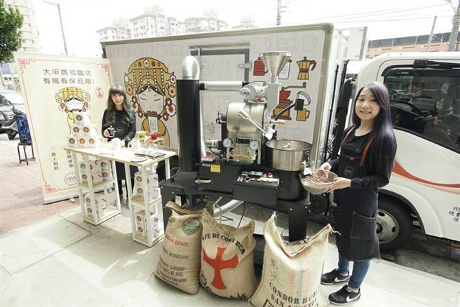 黑沃咖啡在大甲媽遶境期間,將出動一台媽祖大卡車在遶境定點、由2位美女烘豆師現場表演烘豆秀,還有免費咖啡供信徒飲用。(圖/黑沃)