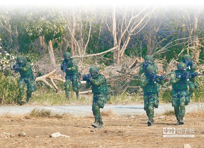 我國防部擬拍攝台版《太陽的後裔》,將呈現國軍英勇救援事蹟,希望能提升國軍形象。(右圖,本報資料照片)