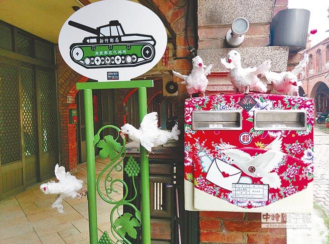 湖口老街長300公尺,是台灣最完整也最優美的老街之一,老街上客家花布郵筒很有味道。(賴至巧攝)