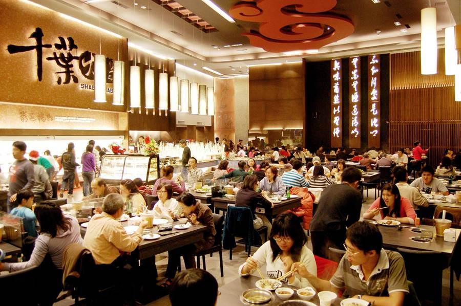千葉火鍋連鎖店祭出優惠措施,吸引消費人潮。(圖/千葉火鍋提供)