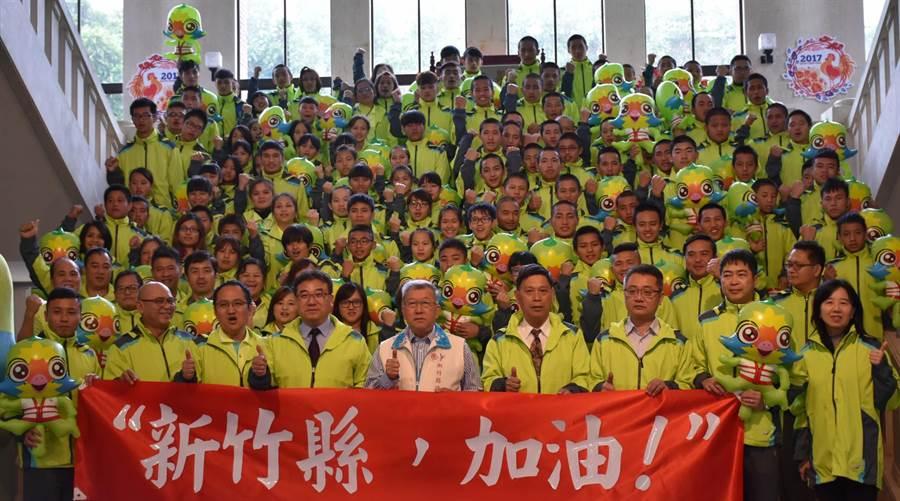 全國原住民族運動大會將於25日舉行,縣長邱鏡淳(前右五)20日授旗予代表隊。(陳育賢攝)