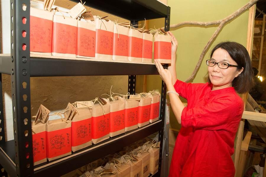 一茶工房品牌總監林盈嬌展示自己手創品牌,所有的茶葉包裝都是以藥包的概念做設計。(余信賢攝)