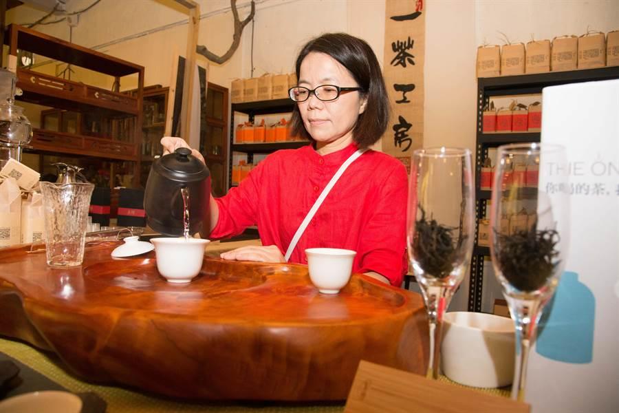 一茶工房品牌總監林盈嬌,現場現場展示茶藝。(余信賢攝)