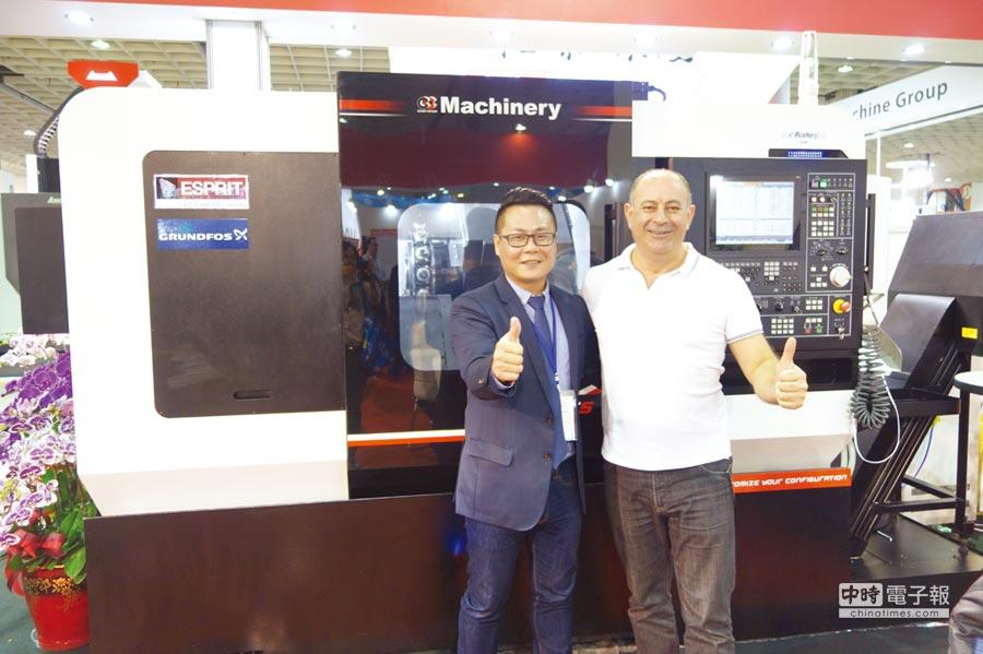洽群機械總經理黃俊傑(左)和國外客戶合影。圖/葉欣華