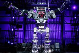 貝索斯興奮駕駛載人機器人 變身鋼鐵人