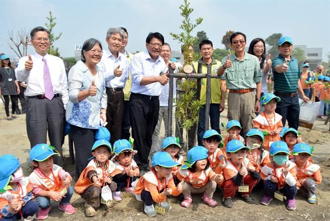 屏縣府及屏東林管處選在國際森林日一起種樹。(林和生翻攝)