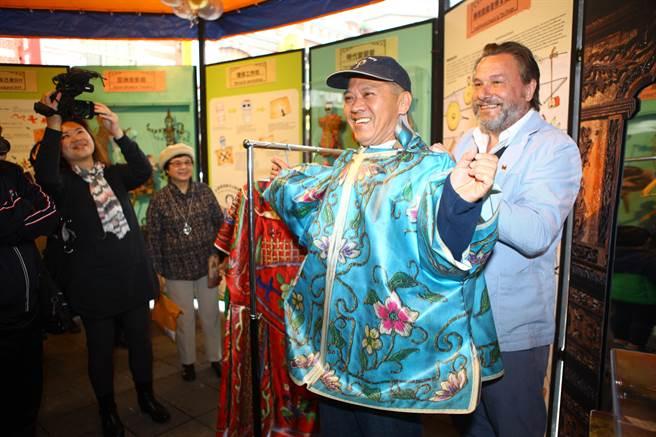 全世界首座行動偶戲博物館亮相,館長羅賓設計真人尺寸的布袋戲服飾,讓民眾體驗成為戲偶的感覺。(張立勳攝)