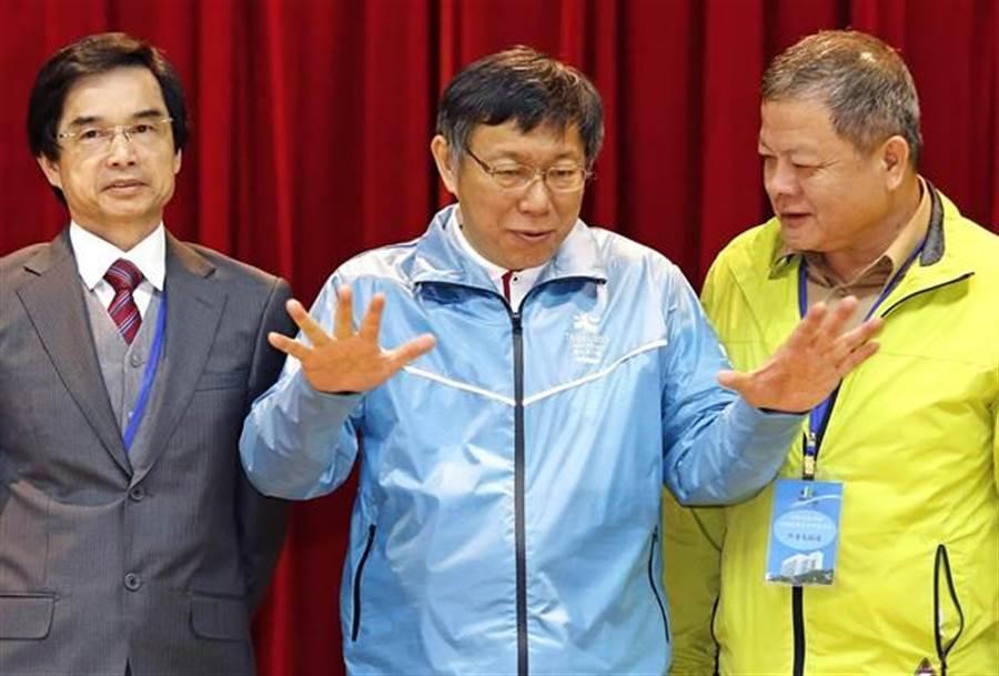 台北市長柯文哲(中)21日出席行動市政會議。(張鎧乙攝)
