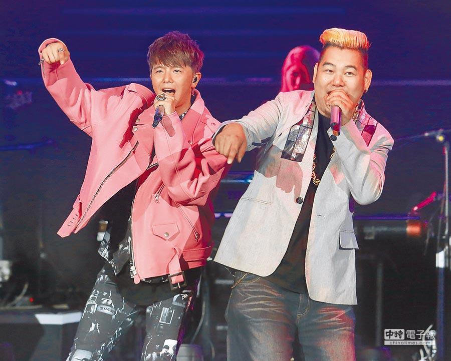 羅百吉(右)去年與黃鴻升同台演唱。(資料照片)