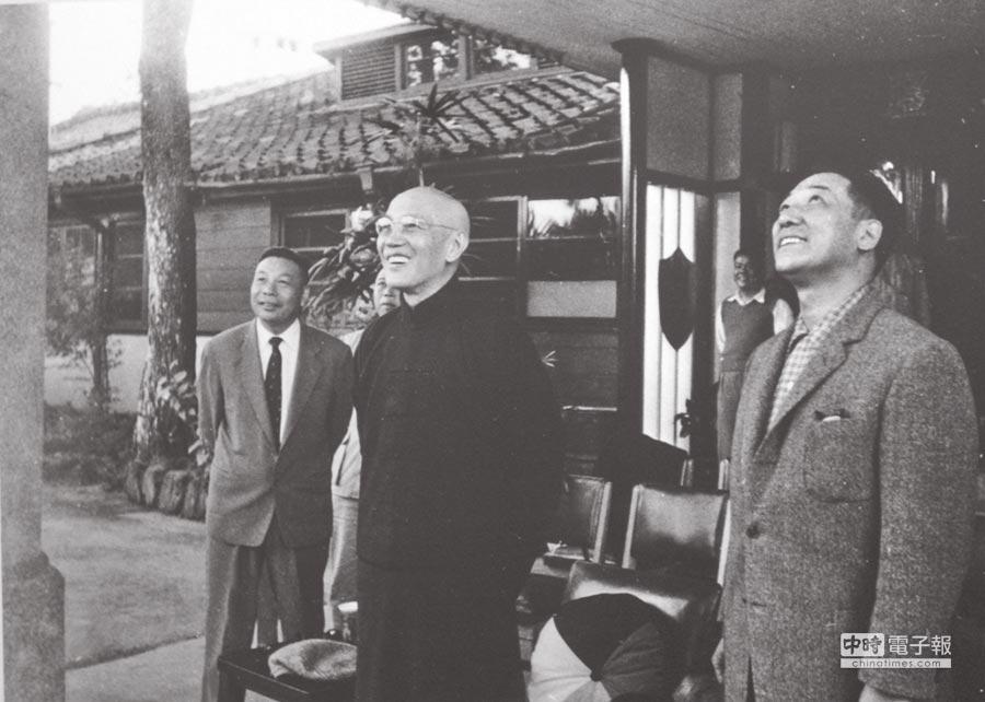 蔣經國(左起)、蔣中正、蔣緯國在陽明書屋前合影。(本報系資料照片)
