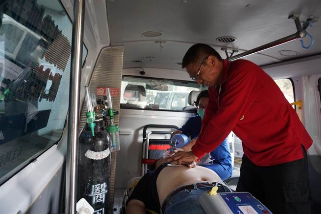 心室纖維顫動猝死發生時,進行CPR+AED有機會救回一命,圖為模擬照片。(陳淑娥攝)
