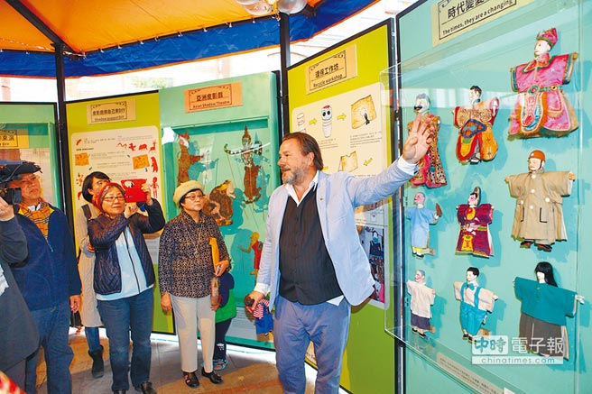 一起來吧↑→全世界首座行動偶戲博物館亮相,館長羅賓(上圖右一)要讓戲偶文化走出台北市,帶給偏鄉的孩子們。(張立勳攝)