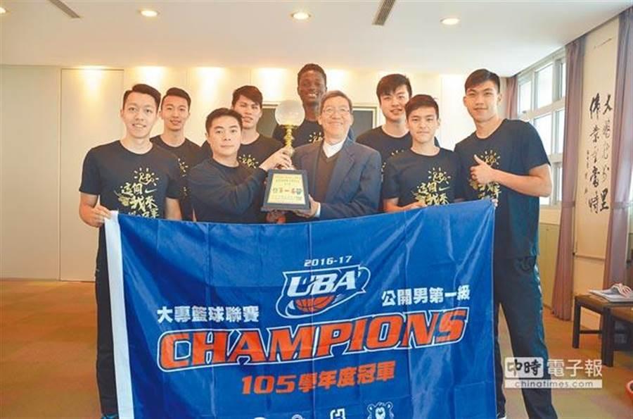 健行科大參加UBA男子組冠軍賽奪下冠軍,教練劉孟竹(前排左二)指出,嚴格的訓練和生活管理是奪冠關鍵。(賴佑維攝)