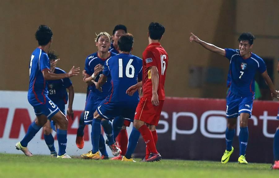 中華隊後衛李品賢(左三)與隊友慶祝進球。(越南足協提供)