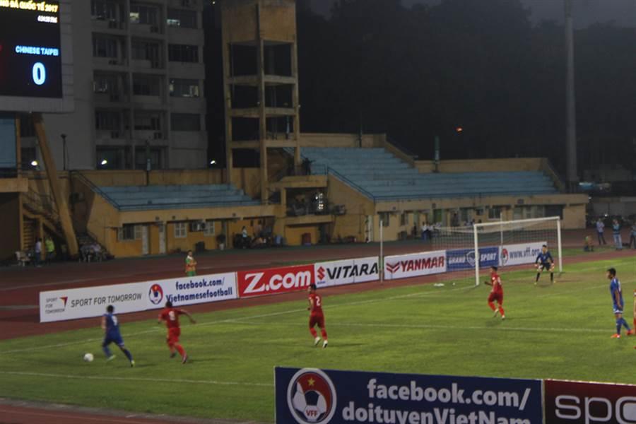 越南國家足球隊與中華台北隊的友誼賽22日在河內行待運動場(Hang Day)舉行。比賽結束,兩隊1比1踢平。圖為中華隊球員(藍色球衣)的1個進攻機會。中央社河內攝 106年3月22日