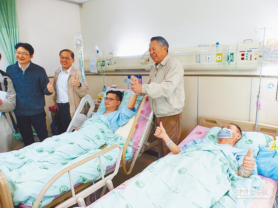 國民黨黨主席參選人詹啟賢(右二)拉起捐肝救父的黃健豪的手(右三),為他加油打氣。(林欣儀攝)
