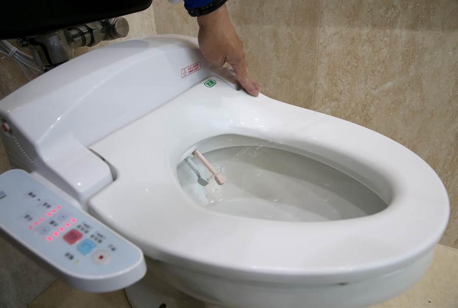 為了進一步提升國內公廁文化,中油公司宣布要在全台610座直營站進行公廁升級計畫,其中一項是馬桶更換為免治馬桶,要為消費者打造賓至如歸的如廁感受,未來也將繼續為改造台灣公廁環境而努力,圖為中油大直站已設置完成。(王英豪攝)