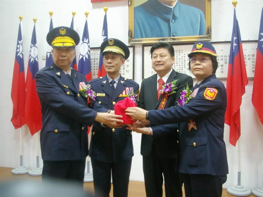 傅崐萁(右2)忍不住為警察抱不平,感慨「人民保母,高官夜壺?」(資料照)