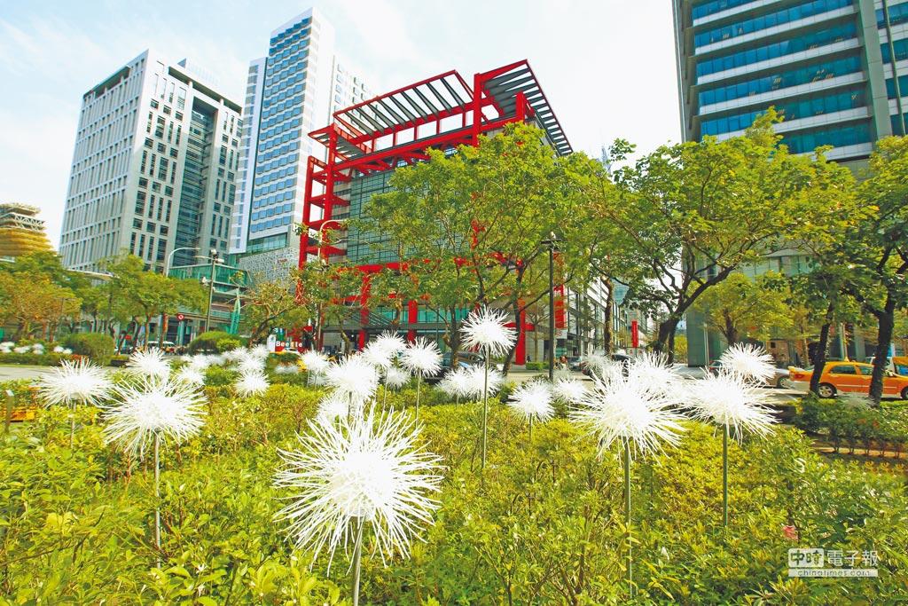 新光三越信義新天地A4和A8一樓門口花圃有「春的蒲公英」空間特展裝置藝術,成為拍照、打卡的新地標 。(張祐銘攝)