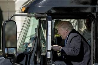 川普和卡車業會面 但網友都忙著惡搞這張照片