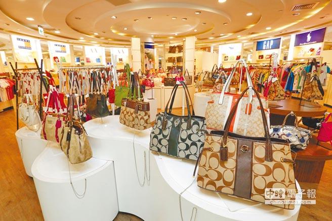 提供陸客團購物的商場展示諸多包包配件販售。(本報系資料照片)